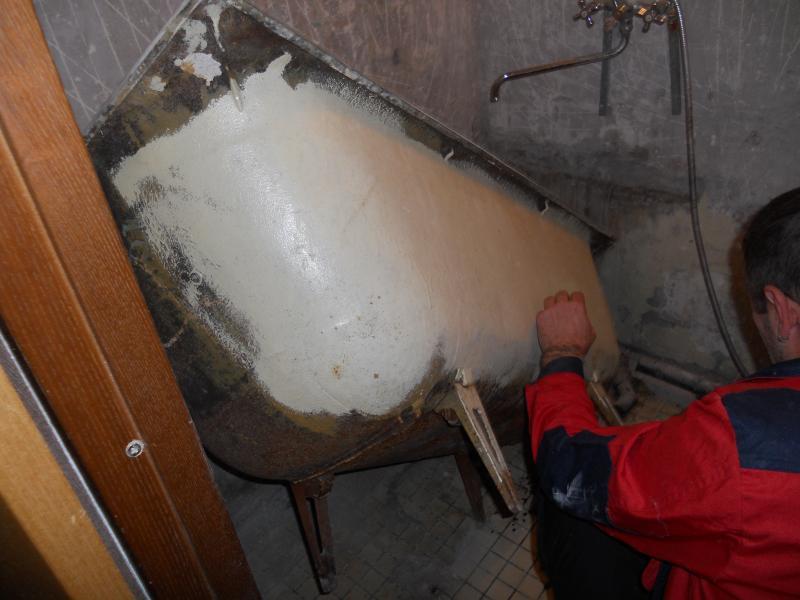 Демонтаж старой чугунной ванны